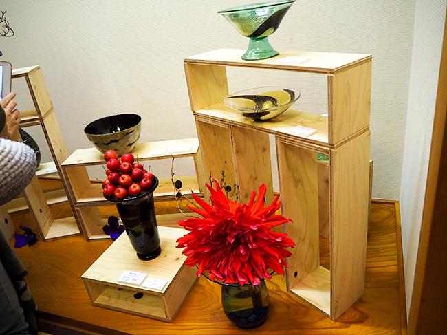 片岡操さんのガラス工芸に五十嵐道子さんがフラワーアレンジ